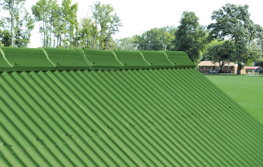 Applicazione di Onduplast PO su copertura di struttura in legno