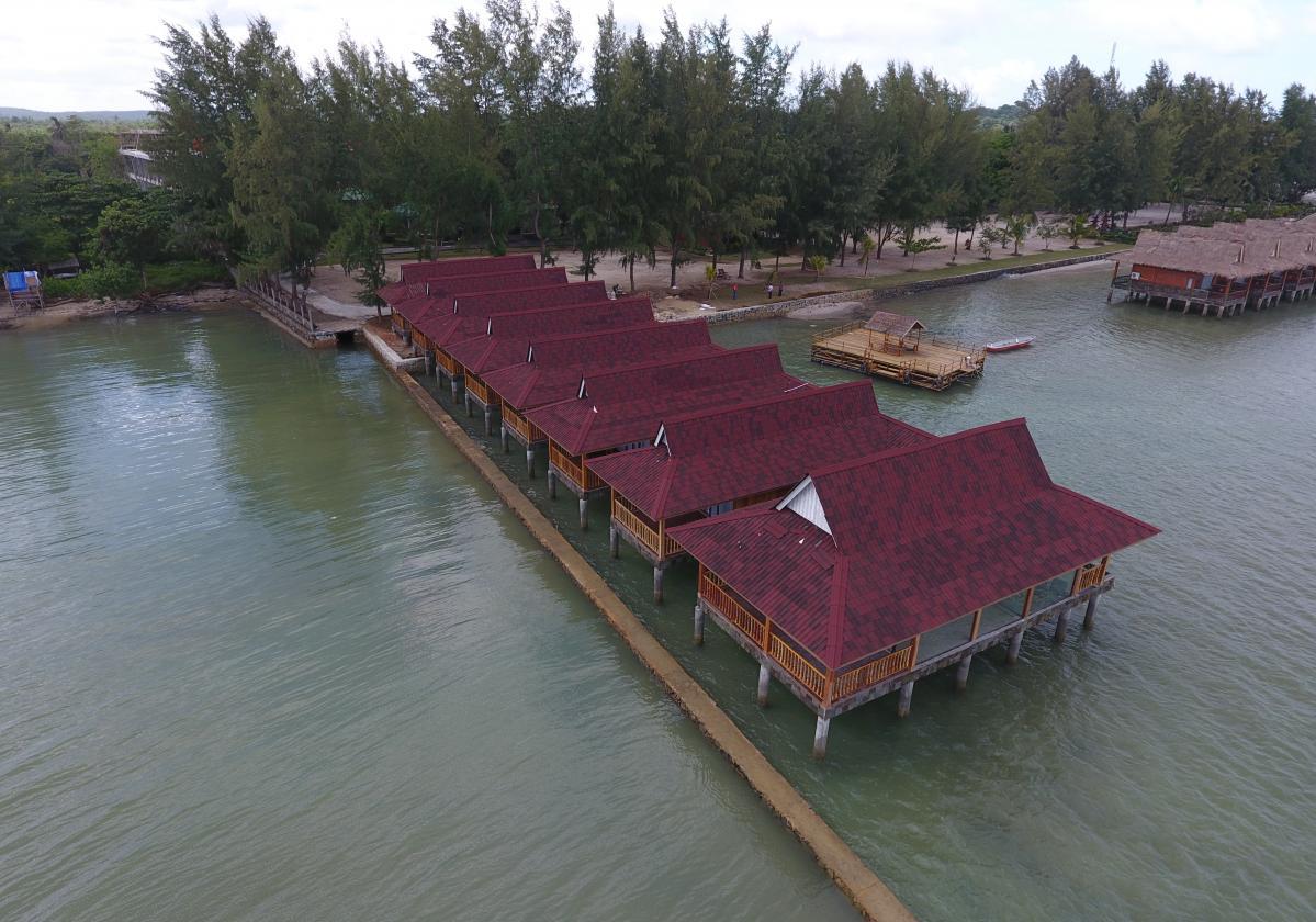 Resort indonesiano su palafitte con tegole Onduvilla